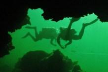 Travail d'équipe pendant le cours de plongée souterraine