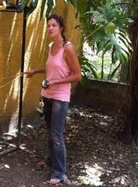 Geraldine Solignac enseigne l'usage du fil d'Ariane pendant un cours de plongée souterraine
