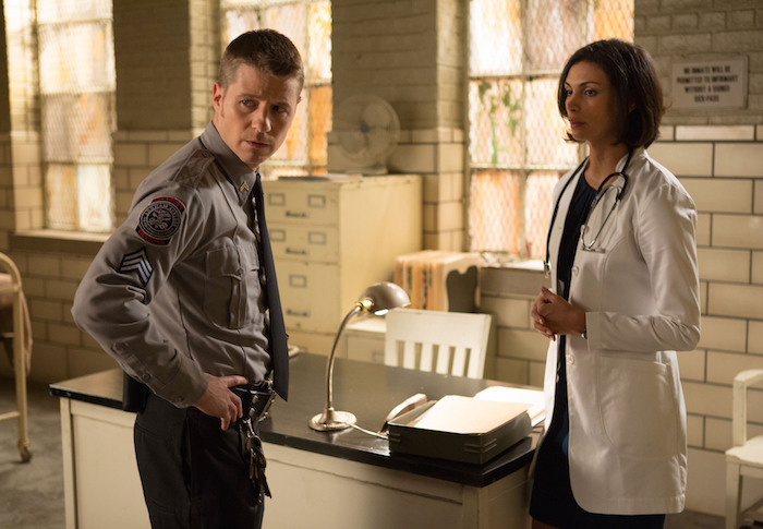 "James Gordon (Ben McKenzie, L) consults Dr. Leslie Thompkins (guest star Morena Baccarin, R) about a case in the ""Rogues' Gallery"" episode of GOTHAM airing Monday, Jan. 5 (8:00-9:00 PM ET/PT) on FOX. ©2014 Fox Broadcasting Co. Cr: Jessica Miglio/FOX"