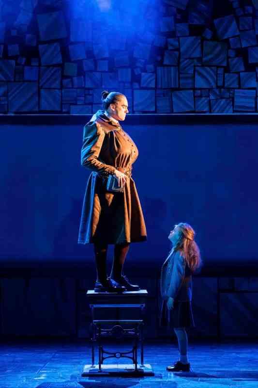 Elliot-Harper-as-Miss-Trunchbull-in-the-Royal-Shakespeare-Companys-Matilda-The-Musical-2