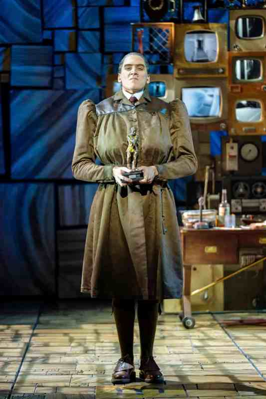 Elliot-Harper-as-Miss-Trunchbull-in-the-Royal-Shakespeare-Companys-Matilda-The-Musical-4
