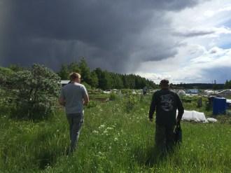 管理員卡利(右)很熱心跟我們分享耕田的小知識(©Wasiq攝影)