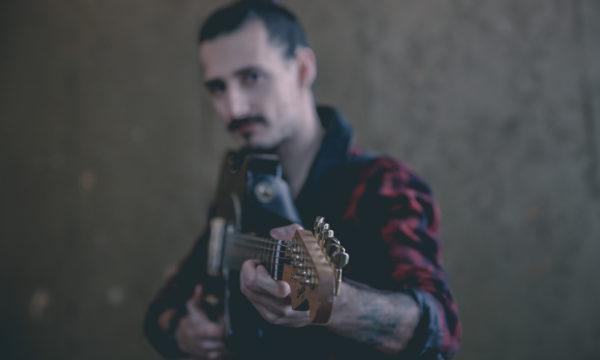 sesja zdjęciowa deer scarlet muzeum przemek z gitarą