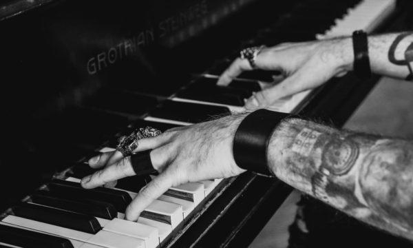 sesja zdjęciowa deer scarlet muzeum krystian gra na fortepianie