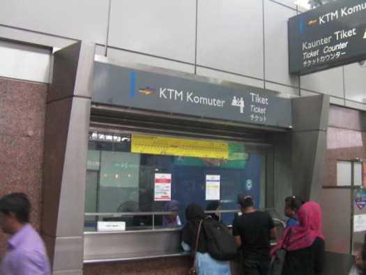 バトゥ洞窟のあるBatu Caves駅へは、窓口でチケット購入でした。