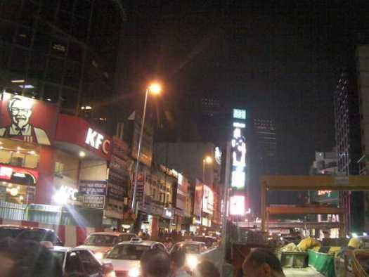 ブキビンタンの駅を出て、大きなケンタッキーの角を曲がると、中華街特有の提灯が見えたら、その辺です。