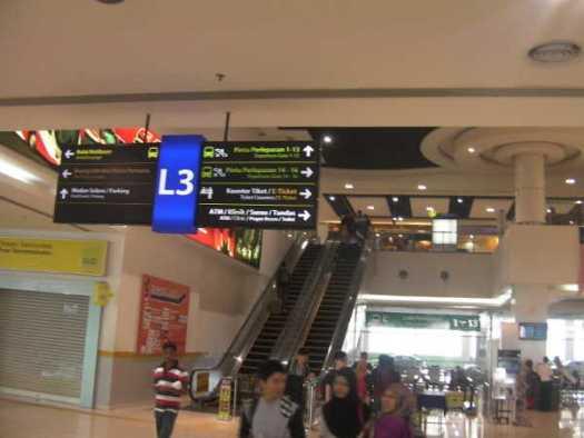 大きくてキレイなバスターミナル構内です。