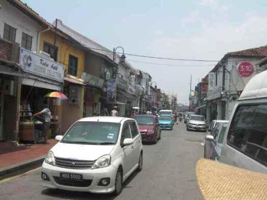 地元の人の生活道路でもあり、よく渋滞していました。