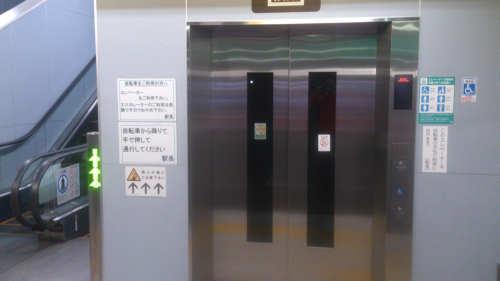 自転車も乗れるエレベーターで階上へ行きます。
