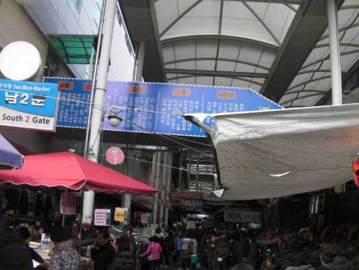 西門市場は衣料品店が多い