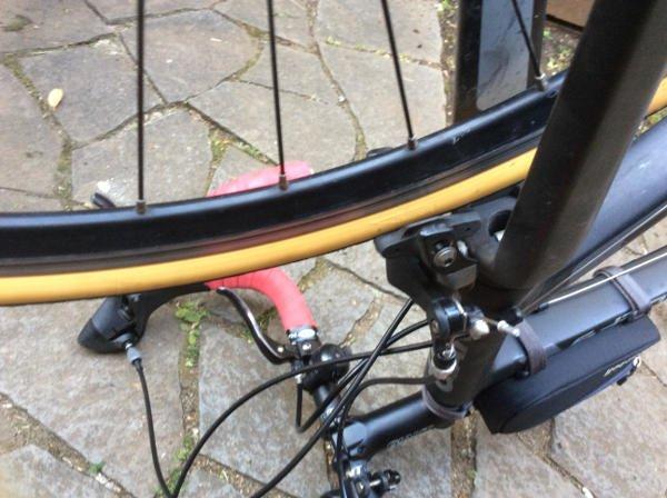 前輪ブレーキが引っかかるタイヤ幅なので、力強く上から押してはめる。
