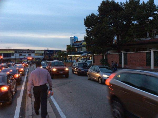 中央分離帯を歩きながら、道路を横断するチャンスをうかがう。地元民の後ろを付いていくと渡りやすい。