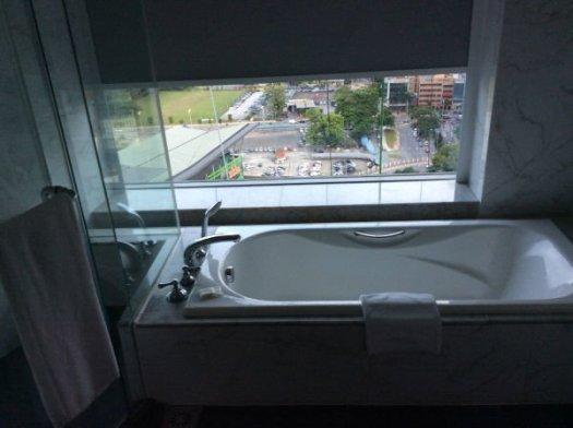 ブラインドを上げればシティビューの窓の浴槽