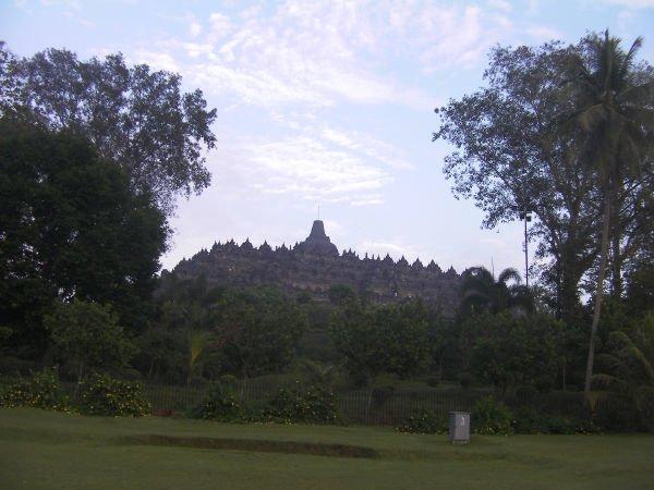 ホテルから遺跡へ行く道から見えるボロブドゥール遺跡