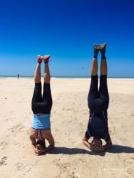 Kopfstehen am Strand