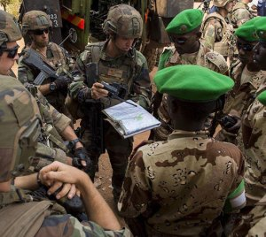 French troops prepare for a patrol with local forces in the Central African Republic, under the peacekeeping operation SANGARIS. Photo: EMA / ECPAD