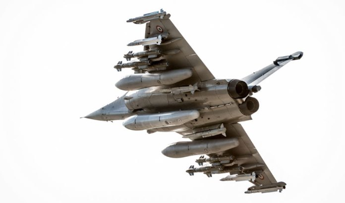 The Rafale has successfully completed its first test flights in a new heavily-armed configuration, comprising six air-to-ground precision AASM Hammer missiles, four medium and long range air-to-air missiles from the MICA family, two very long range METEOR missiles, as well as three 2,000 liter fuel tanks. Photo: Dassault Aviation