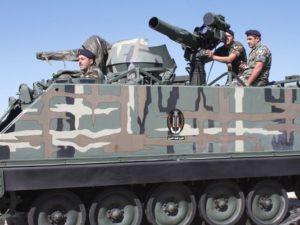 قوات الجيش اللبناني تشارك في استعراض باستخدام الذخيرة الحية في قاعدة الطيبة العسكرية في قرية البقاع الواقعة شرق لبنان في العاشر من يونيو.  ويشير هذا الحدث إلى تسليم الولايات المتحدة لما يزيد عن 200 صاروخ من طراز TOW-II.  (صورة: مراسل حر/AFP/غيتي إيمجز)