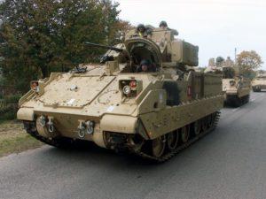 جنود من اللواء 1في الجيش الأمريكي، فرقة الدبابات 1، يقودون عربات قتال من طراز Bradley بجوار محطة السكة الحديد بالقرب من قاعدة روكلا العسكرية في ليتوانيا عام 2014. ويتطلع البنتاغون إلى القيام بمزيد من عمليات تخزين المعدات بشكل مسبق في أوروبا وأماكن أخرى. (صورة: بيتراس مالوكاس/AFP عبر غيتي إيمدجز)