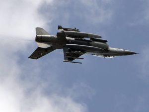 طائرة مقاتلة باكستانية من طراز F-16 تستعرض خلال احتفالات يوم الدفاع بالبلاد في إسلام أباد في 6 سبتمبر 2015. (صورة: أمير قريشيAFPغيتي إيمدجز)