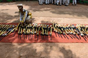 عضو في قوة الأمن الصناعي المركزي تضع بندقيتها عقب عرض عسكري في حيدر آباد، الهند، بـ 8 سبتمبر لعام 2015. (تصوير: نوح سيلام/ AFP –غيتي إيميجز)