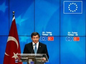 رئيس الوزراء التركي، أحمد داوود أوغلو، يتحدث في السابع من شهر مارس خلال مؤتمر صحفي مع قادة الاتحاد الأوروبي في بروكسل بشأن أزمة اللاجئين في أوروبا. (صورة: دين موثاروبولوس/غيتي إيمدجز)