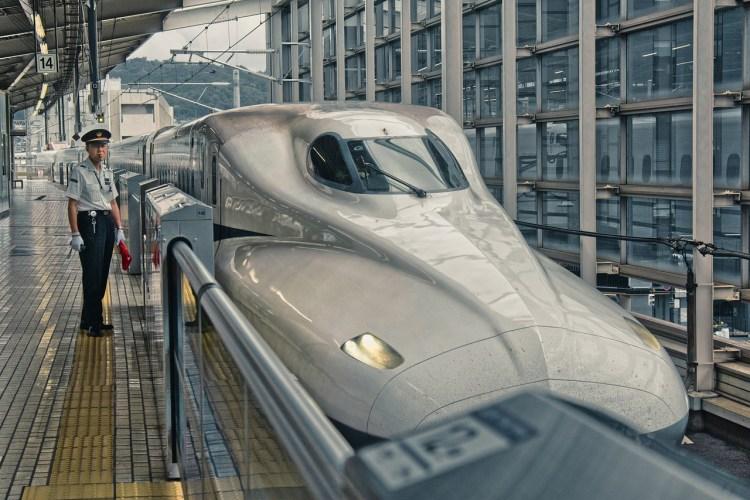 Un train japonais et le chef de gare qui siffle. Pour illustrer le pointing and calling. (Un rien peut tout changer)