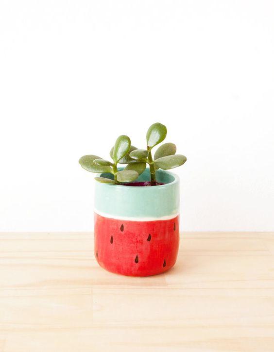 Decoração com vaso de cerâmica melancia
