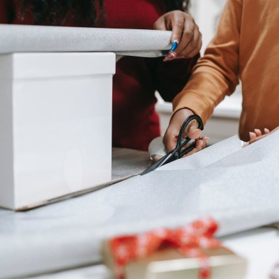 wrapping gifts pexels-any-lane-5727927