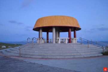 早朝のマハナ展望台のあずま屋