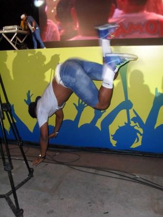 Um dos dançarinos pula do palco para dançar mais próximo dos fãs - Foto: Cleibi de Oliveira