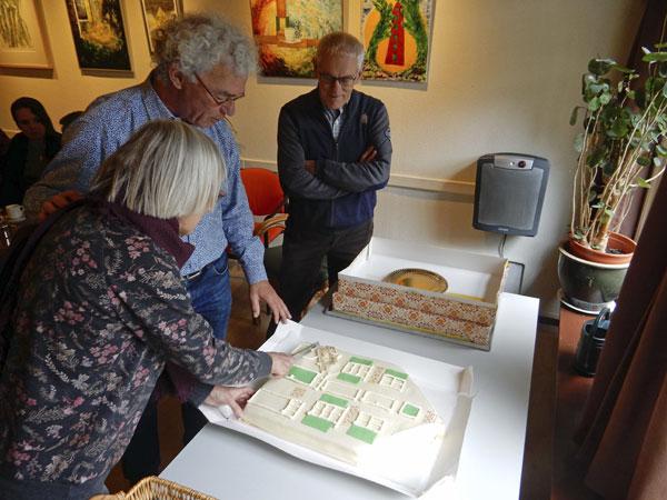 11 maart 2019 - Op de bijeenkomst voor donateurs van De Groene Luiken i.h.k.v. het 25-jarig jubileum bracht bakker Jan Boer een taart met het logo van De Groene Luiken