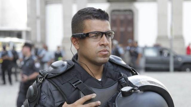 Policiais militares do Rio de Janeiro já usaram as câmeras em manifestação de professores. Que tal ampliar a abrangência e a fiscalização? (Fonte: Extra)