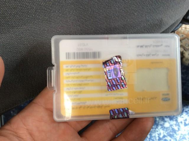 このケースにSIMカードが入ってます