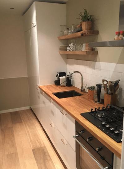 Houten vloer en boomstam planken in keuken