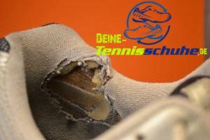 Tennisschuh nach dem Tragen von Bandagen