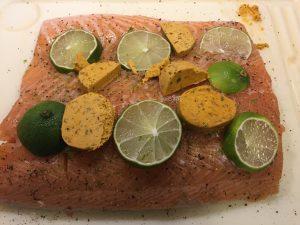 vorbereiteter Lachs auf Zedernplanke