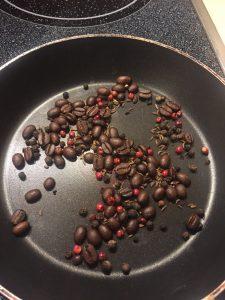 Espressobohnen, Pfefferkörner und Kümmel rösten