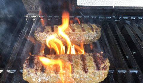 Bifteki bei direkter Hitze scharf angrillen