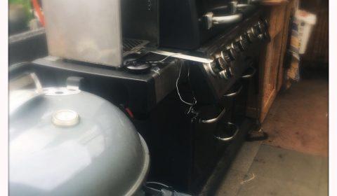 Die Grills. Ein Kugelgrill, Eigenbau-Beefer, Gasgrill und Ugly-Drum-Smoker (nicht im Bild)