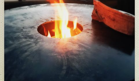 Feuerplatte wird von innen nach außen mit einem offenen Feuer beheizt