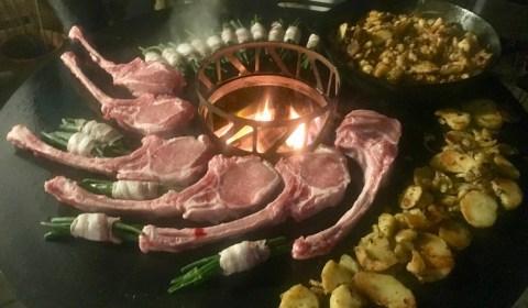 Tomahawk Steaks vom Duroc Schwein mit Bratkartoffeln und Bohnen im Speckmantel