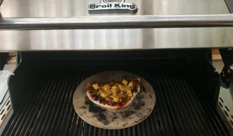 Pulled-Pork Pizza auf dem Gasgrill Broil King Regal 590 Pro