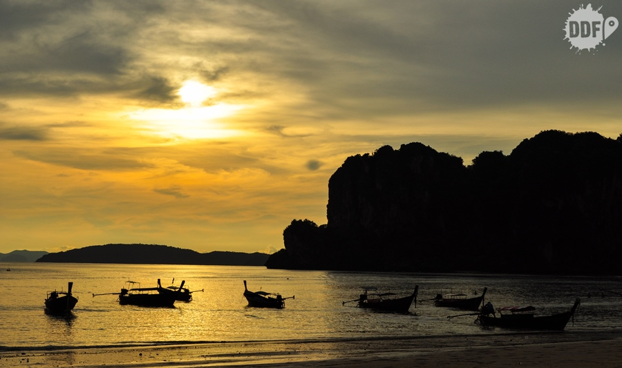 Por do sol na praia de railay beach o mais bonito da tailandia