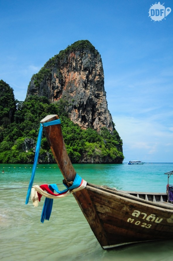 Long tail na praia de Railay West na tailandia