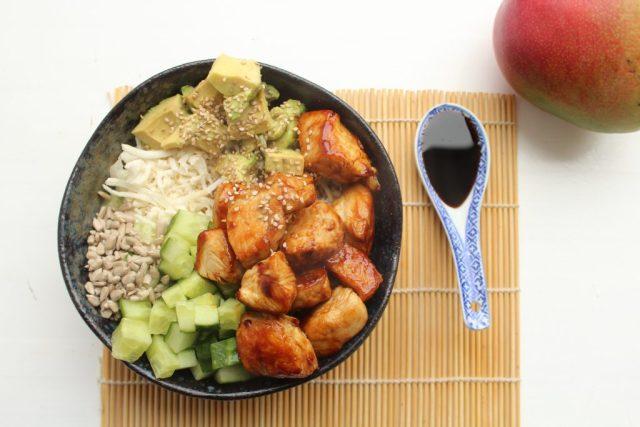 Pokebowl met kip en bloemkoolrijst0