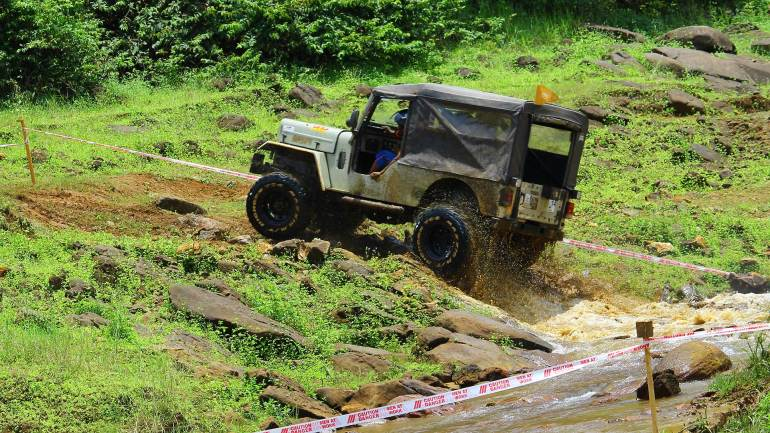Bhoothathankettu-Fest-(Four-Wheel-mud-race)-Crossing-the-water-and-climbing-the-rocks