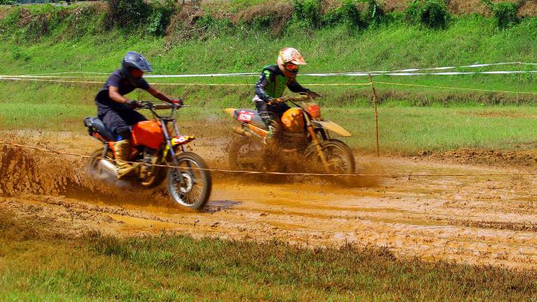 Bhoothathankettu-Mud-Race-2017-Crossing-the-muddy-track