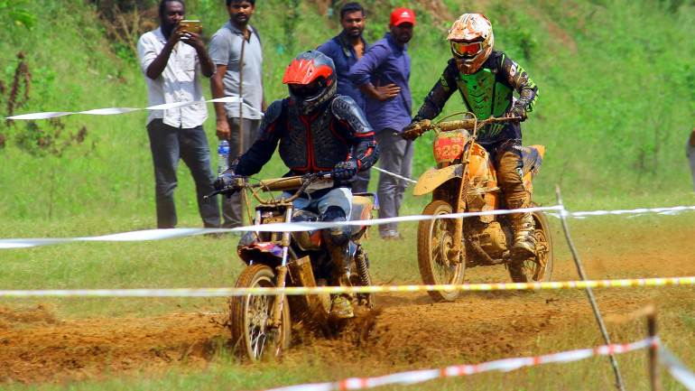Bhoothathankettu-Mud-Race-2017-Riders-on-the-track