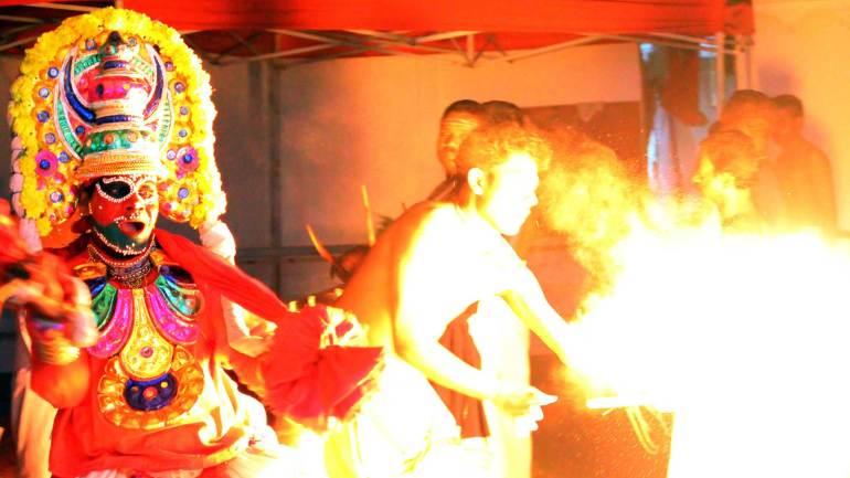 Character-darika-performing-in-front-of-the-fire-torch-in-Mudiyettu